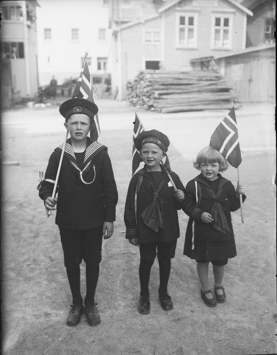 Barn med flagg, 17. mai.