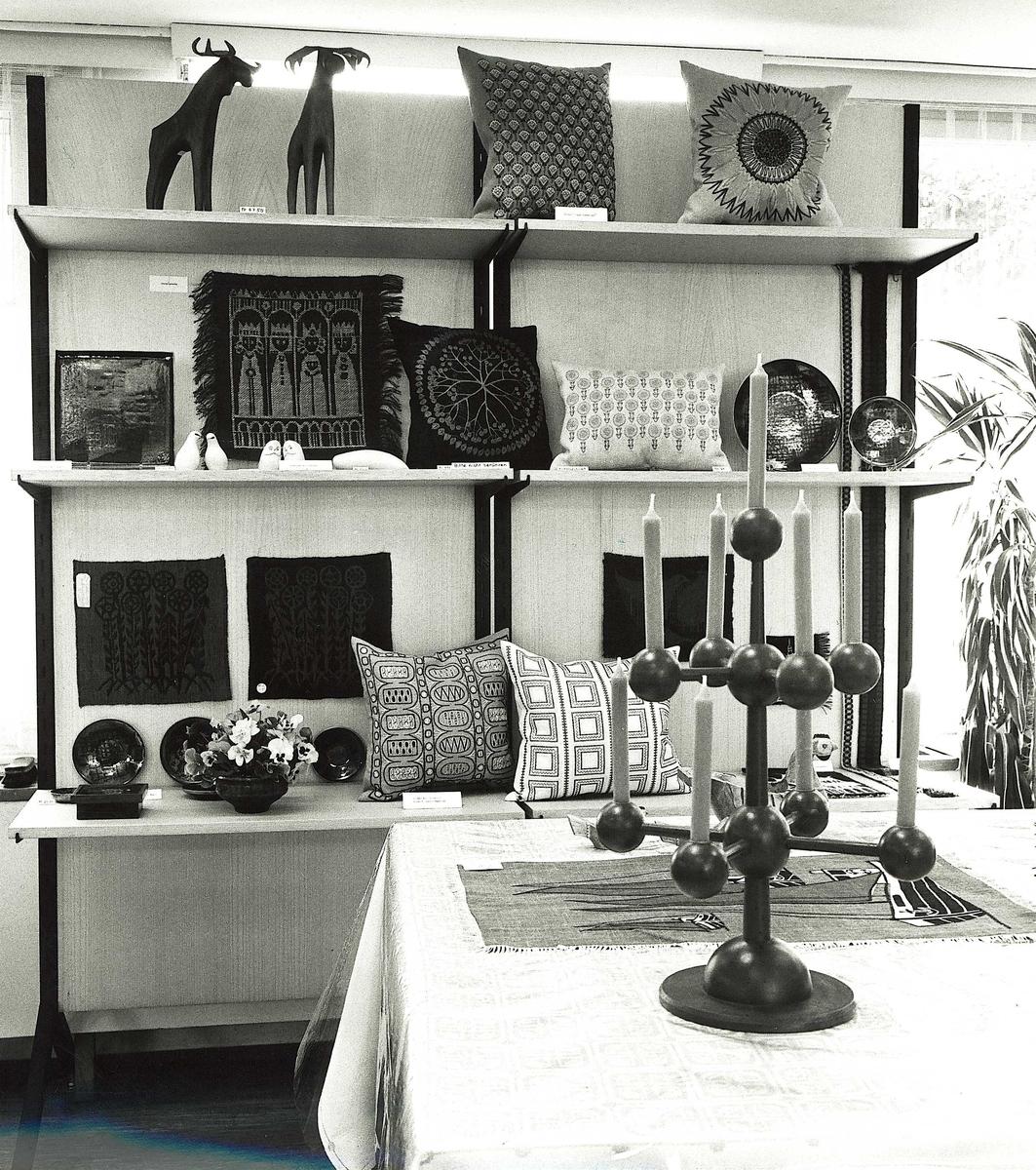 Utstilling av tekstiler, trearbeider og keramikk.