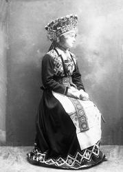 Studiofotografi av kvinne med brudedrakt og brudekrone. Hold