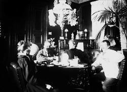 Stueinteriør, Munkedamsveien 65B, Oslo. 1903, med mennesker