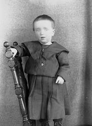 Portrett av gutt på stol, Simon Q. Wiborg, Digerud, Frogn, A