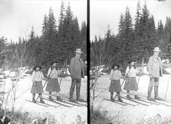 Far Axel Q. Wiborg med døtre på ski på Holoa, Hadeland, 1906