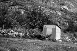 Ljøsne, Lærdal, Sogn og Fjordane, bygget 1866. Utedo tilhøre