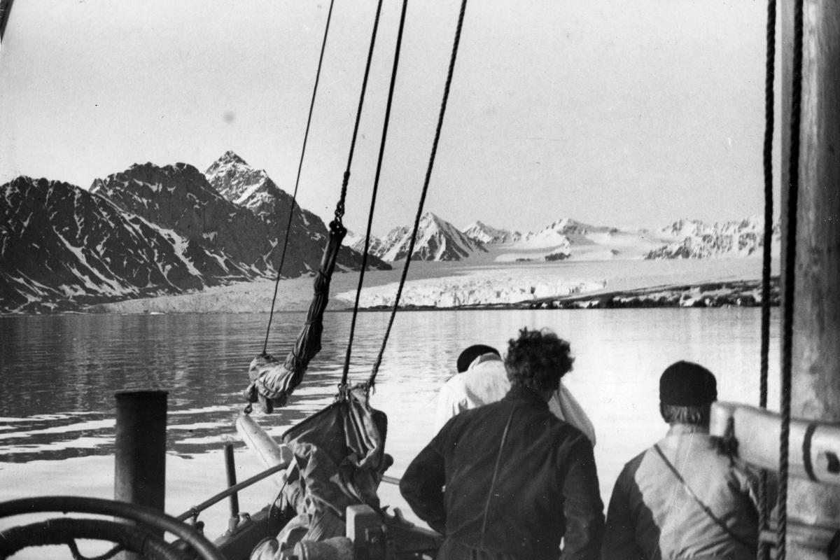Ankomst til 14. juli breen den 18. juni 1934. Den norsk-svenske Svalbardekspedisjonen 1934.