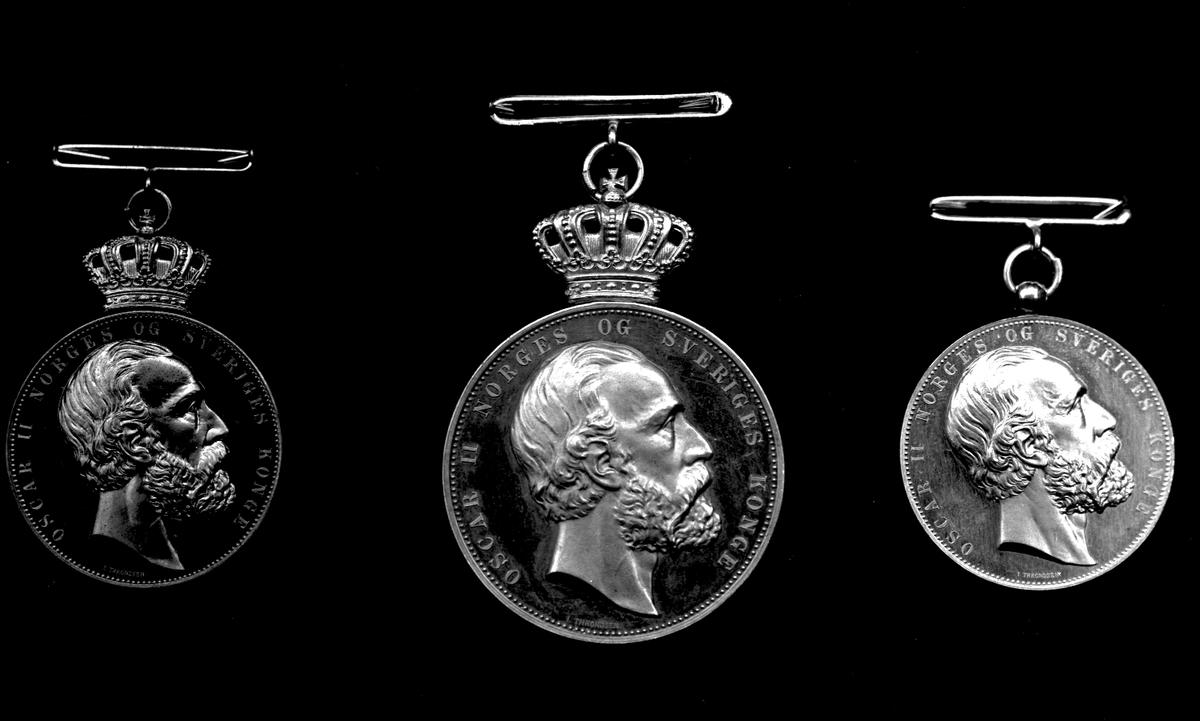 """Tre medaljestørrelser av """"For ædel daad"""", Oscar II Sverige og Norges konge. Forsidene med kong Oscar i profil."""