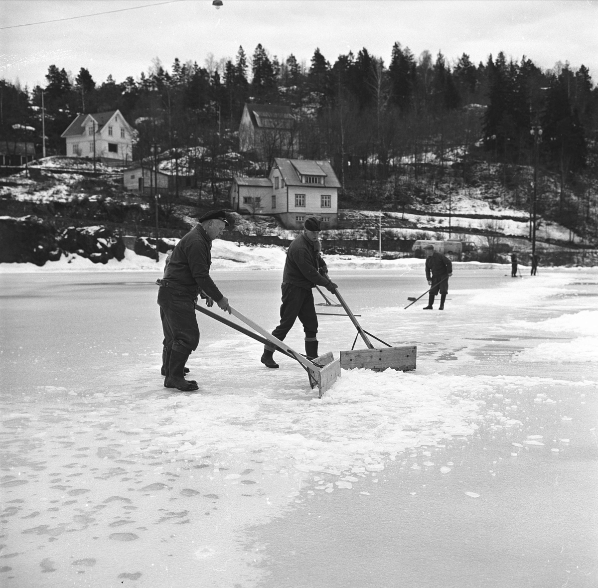 Arendal. Bjønnes stadion (anlagt 1952) med snørydding