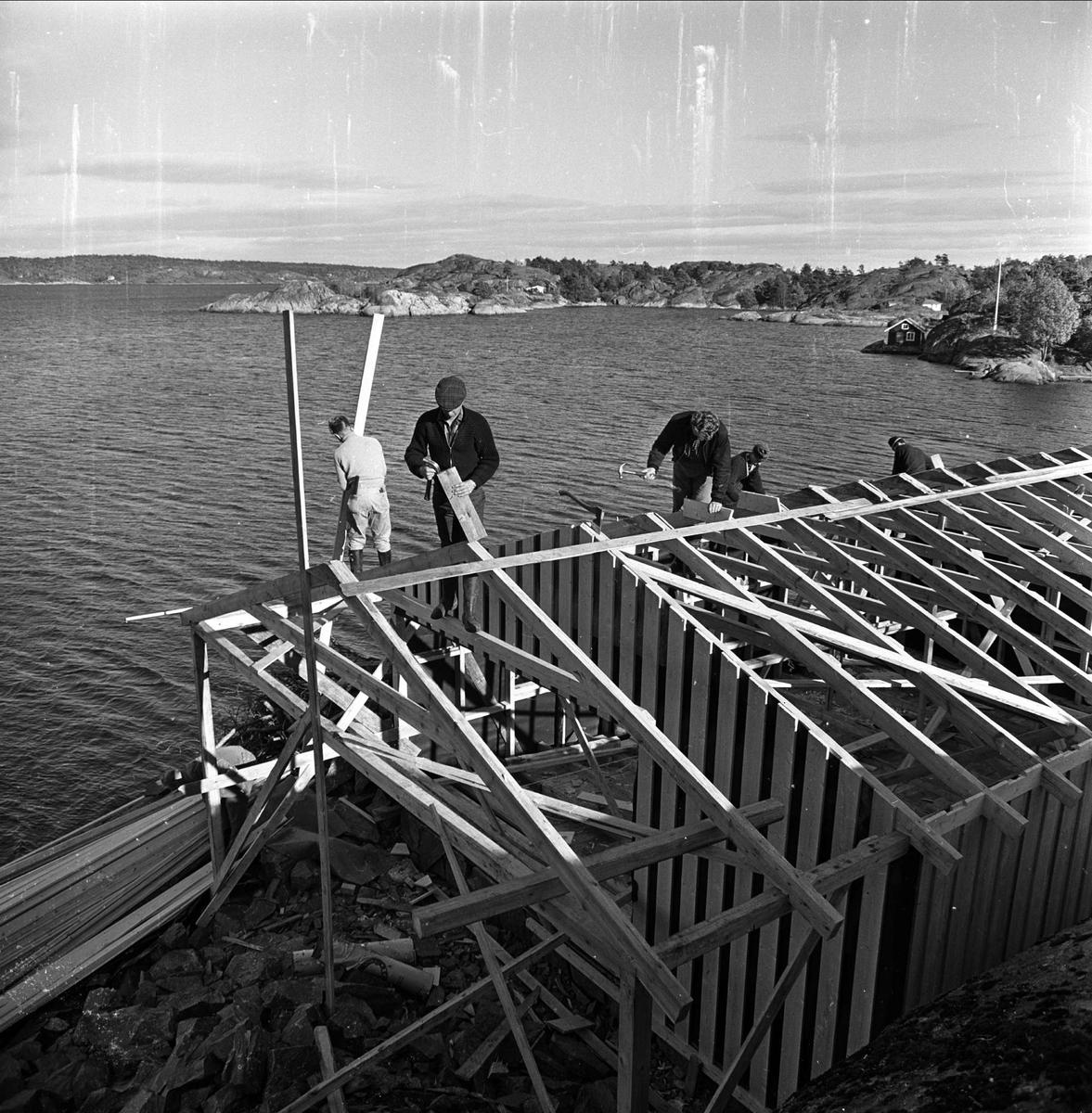 Fylkesmannen i Telemark bygger sommerhus ved Kragerø,  Telemark, oktober 1963. Arbeidere bygger hus.