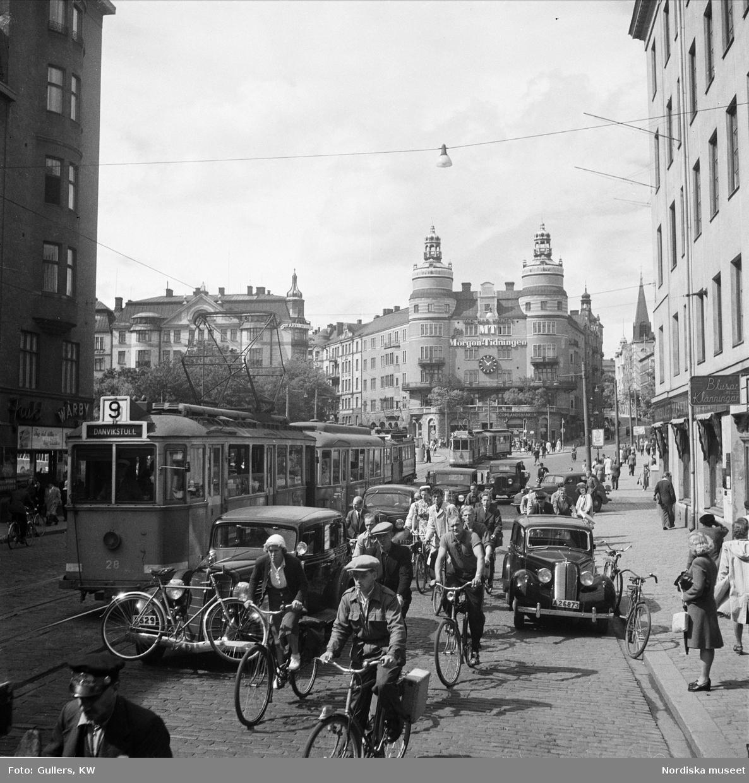 Tät trafik på Vasagatan, Stockholm. Norra Bantorget i bakgrunden.