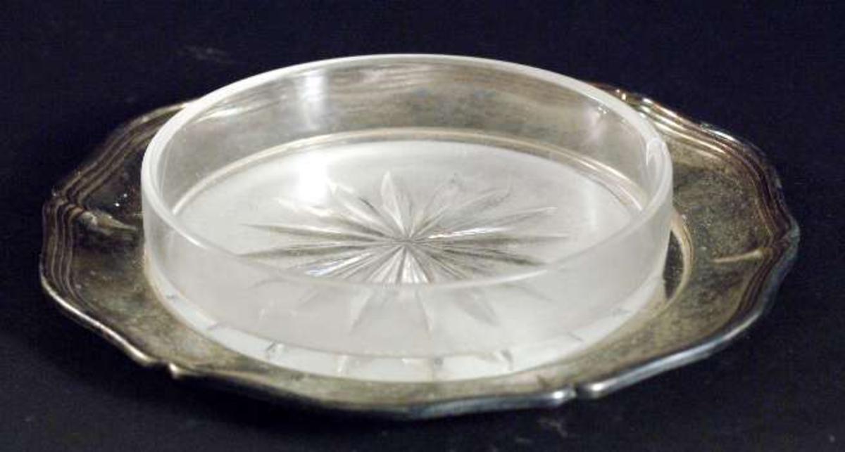 Smörassiett med skål av glas, blästrad på bottnens undersida, samt fat av nysilver (se UM09421b).