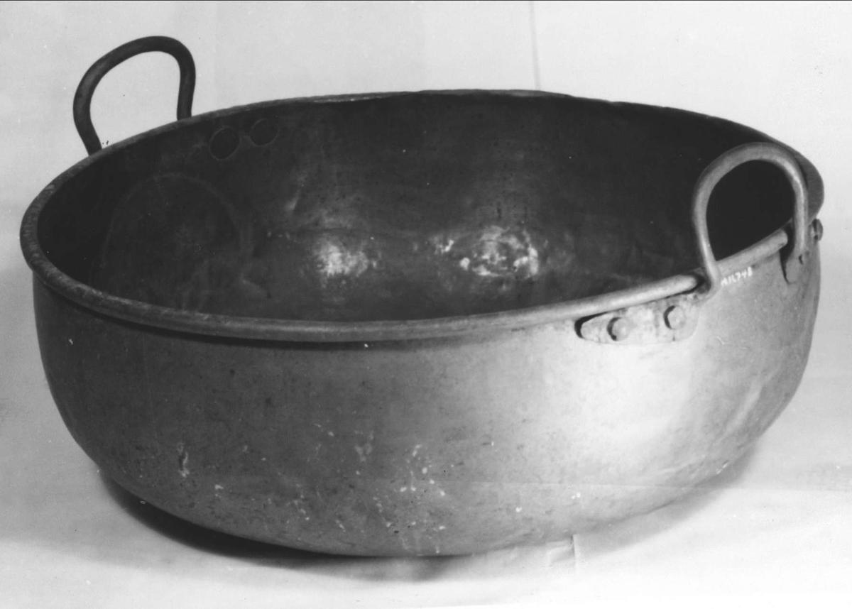 Syltkittel av koppar med handtag av järn.