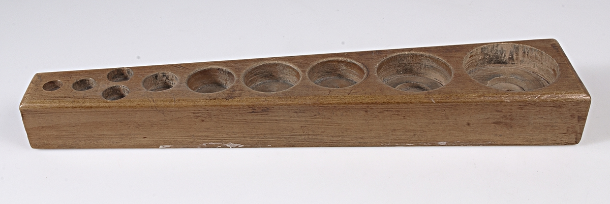 Ställ av trä med plats för 10 vikter. Tillhörande vikter, se UM31304a.
