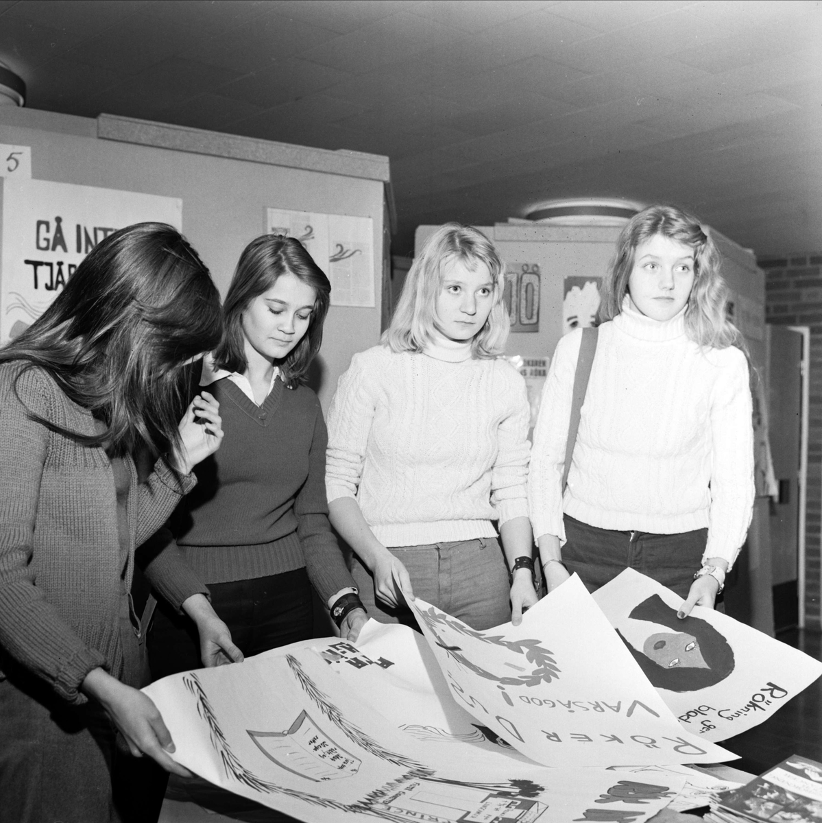Helena Pettersson, Anette Arné, Lillemor Sundström och Ingrid Asplund studerar en del av de tecknade affischer som ingick i antirökkampanjen på Aspenskolan