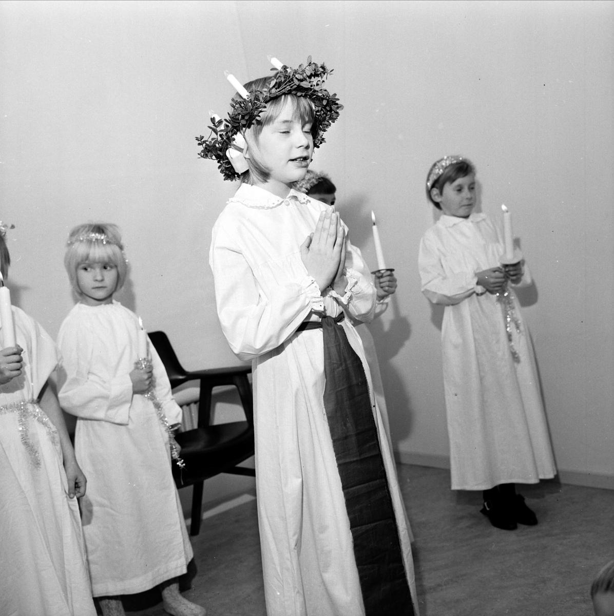 """""""Bullerbyfinal"""" - luciatåg, sannolikt i Tierp, Uppland, 1966"""