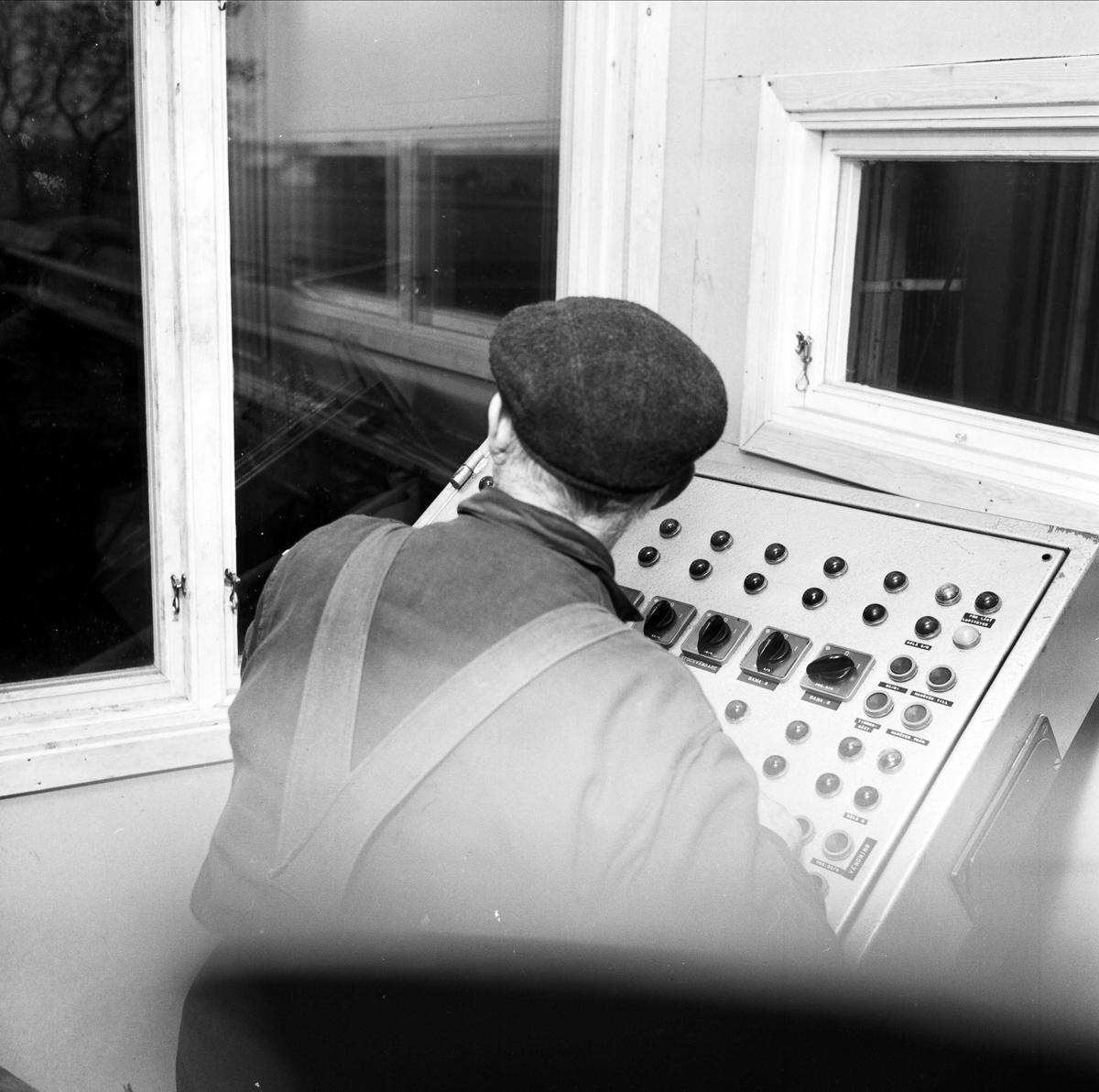 Arbetare vid manöverbord, Elinge såg, Österlövsta socken, Uppland 1967