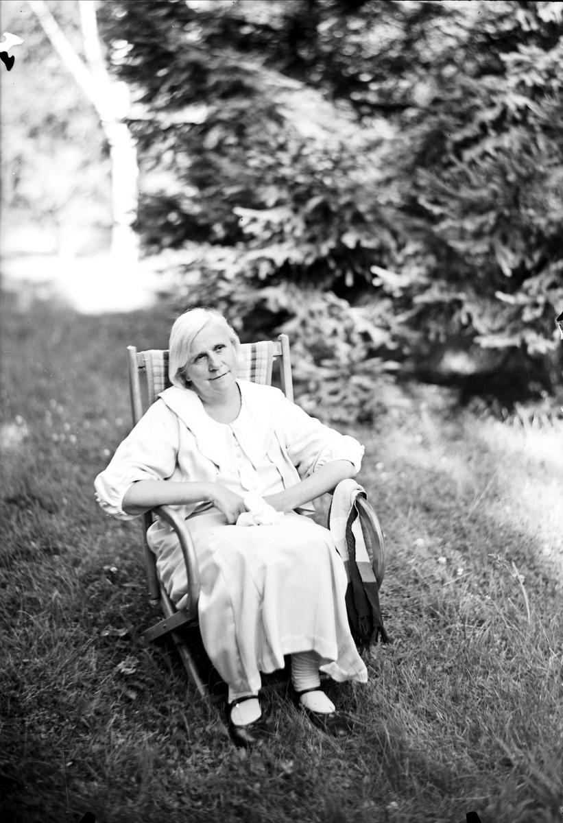 Kvinna i park vid Ulleråkers sjukhus, Kronåsen, Uppsala