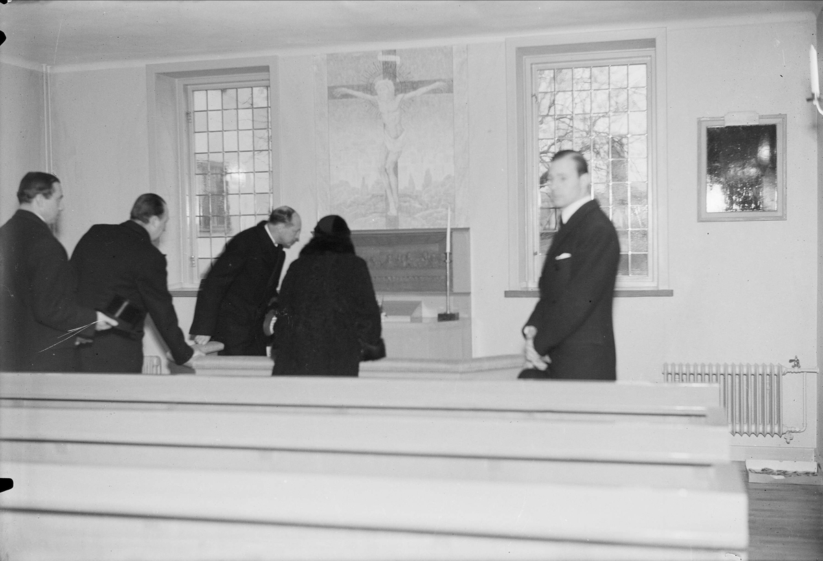 Besökare i kapell, sannolikt vid invigningen av etapp två av utbyggnaden av Uppsala Ålderdoms- och sjukhem, kvarteret Idun, Uppsala 1935