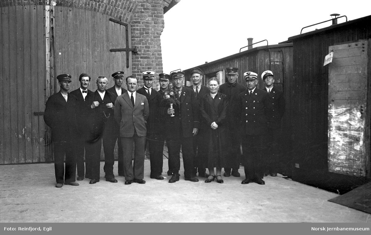 Gruppebilde av ansatte, trolig ved godsekspedisjonen på Hamar stasjon