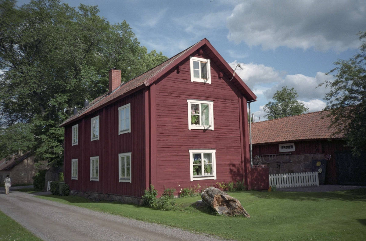 Timrat flerbostadshus med fyrdelade fönster, Norra Bruksgatan i Lövstabruk, Österlövsta socken, Uppland 1995