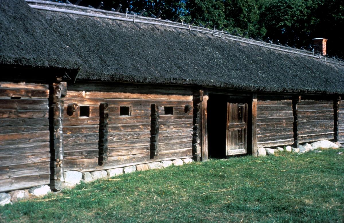 Uthuslänga, Kvekgården, Fröslunda socken, Uppland 1983