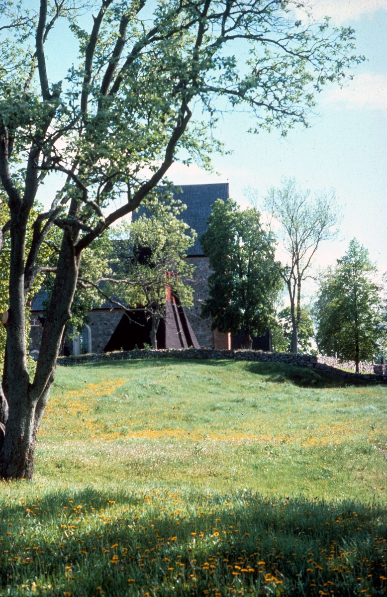 Gamla Uppsala kyrka och klockstapel, Uppland 1976