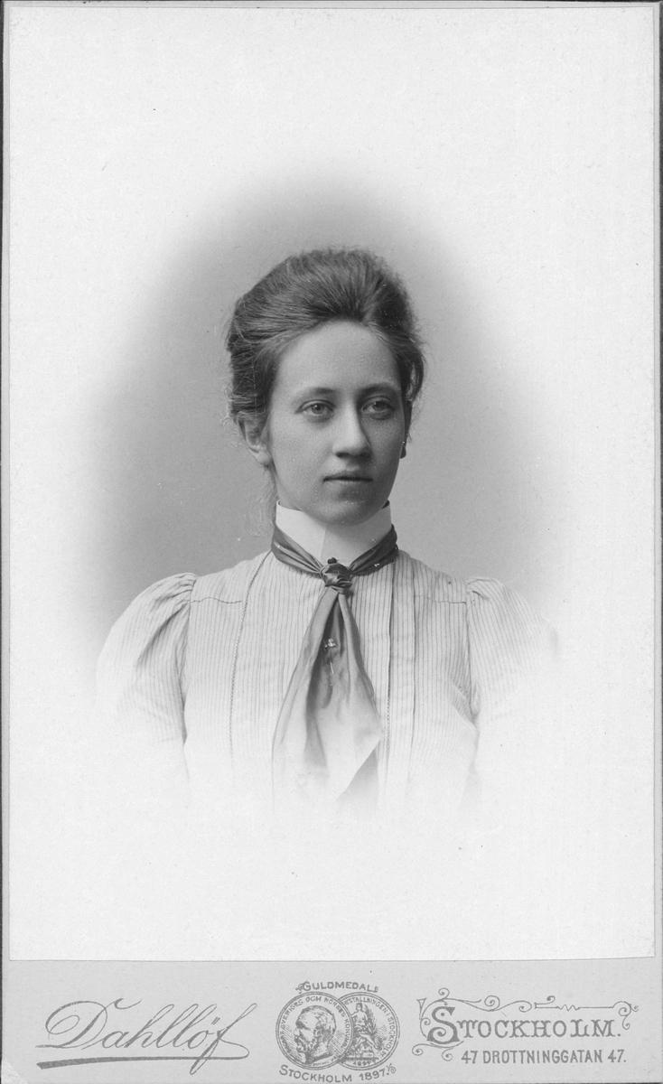 Porträtt - sannolikt Helga Cederborg, maj 1900