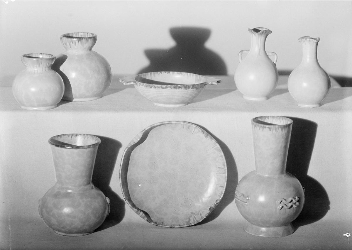 Vaser och fat av keramik från Upsala-Ekeby AB, Uppsala