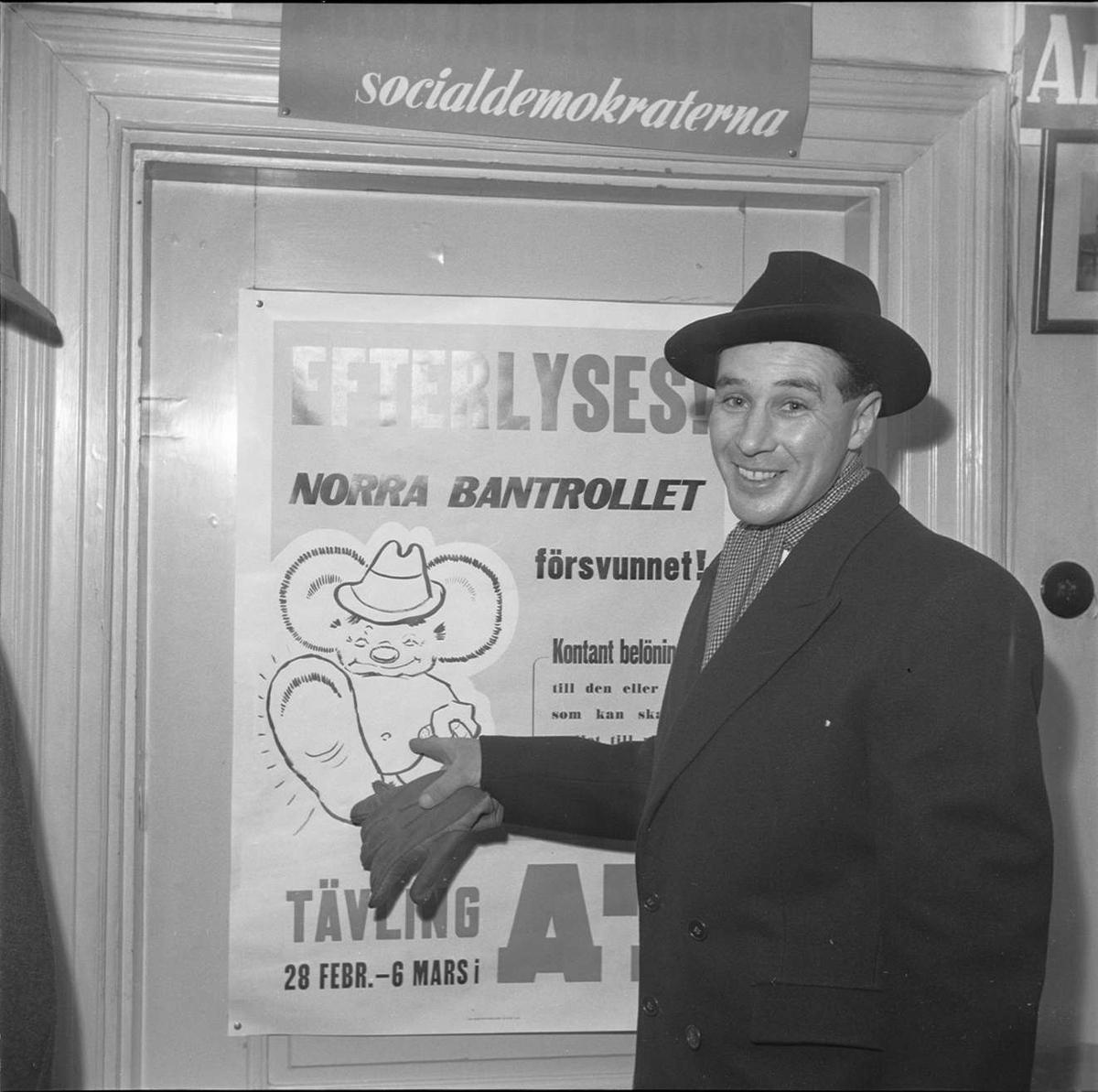 Man framför affisch om tävling gällande Norra Bantrollet, Aftontidningen, sannolikt Uppsala 1949