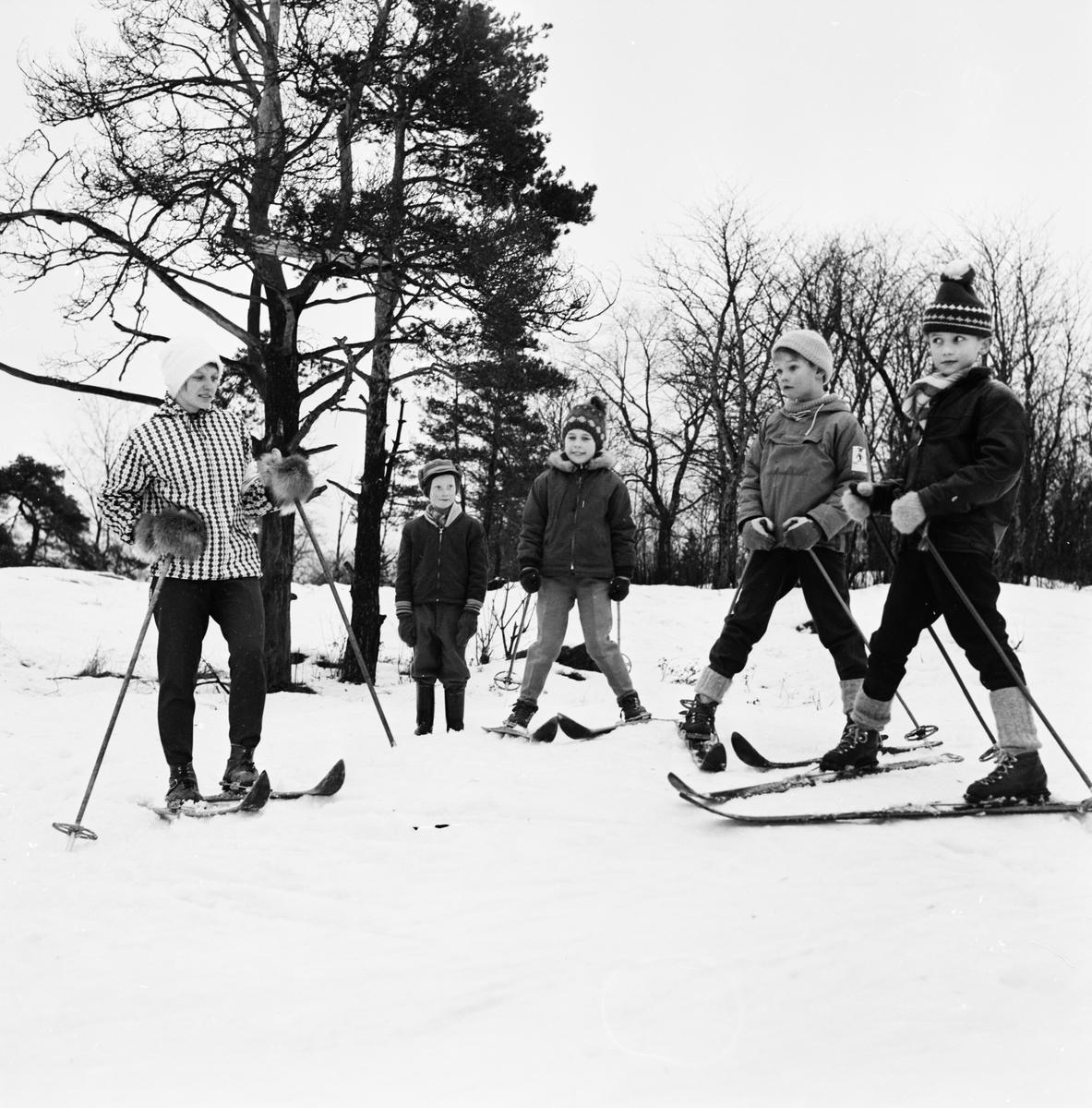 Barn åker skidor, Uppsala februari 1961