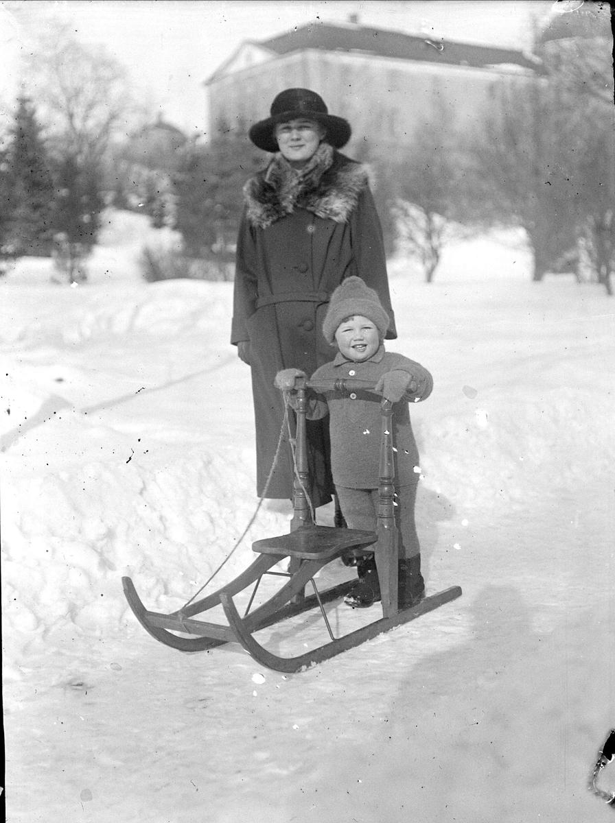 Mamma och barn med spark, Slottsbacken, Uppsala före 1932