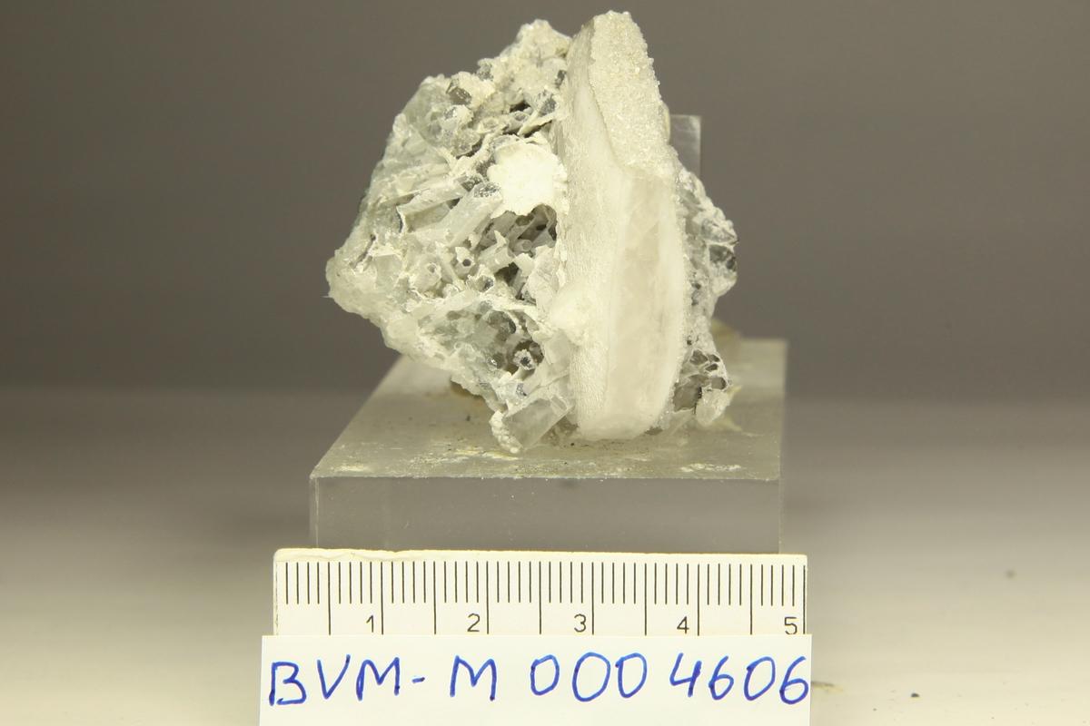 Kalsitt xl dekket med mikroharmotom(?) på noen flater, kvarts, karbonat.