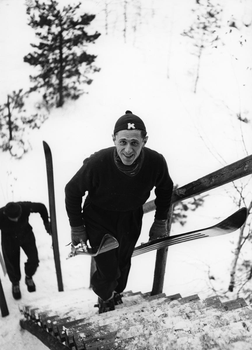 Petter Hugsted trener i Perseløkka. Petter Hugsted training at local jumping hill.