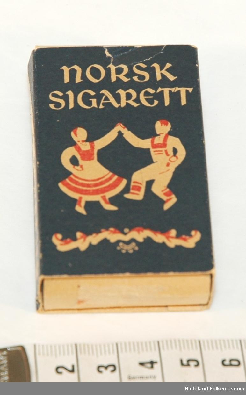 Rektangulær eske i papp, med 5 sigaretter.