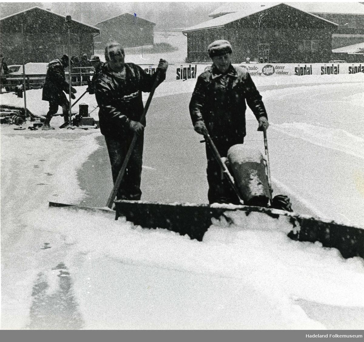 Banemannskap rydder skøytebanen på Brandbu stadion/rosendalsbanen for snø under EM på skøyter damer allround 1973