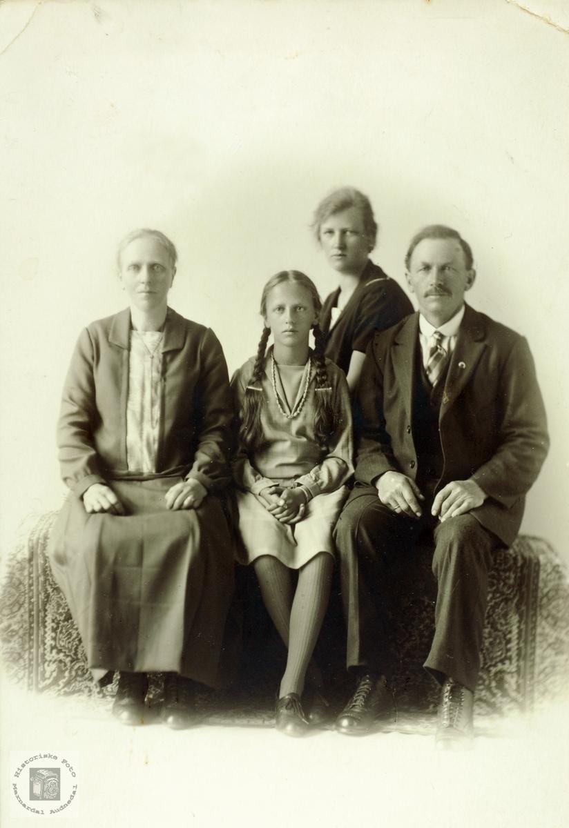 Portrett av familien Høyland. Grindheim Audnedal.