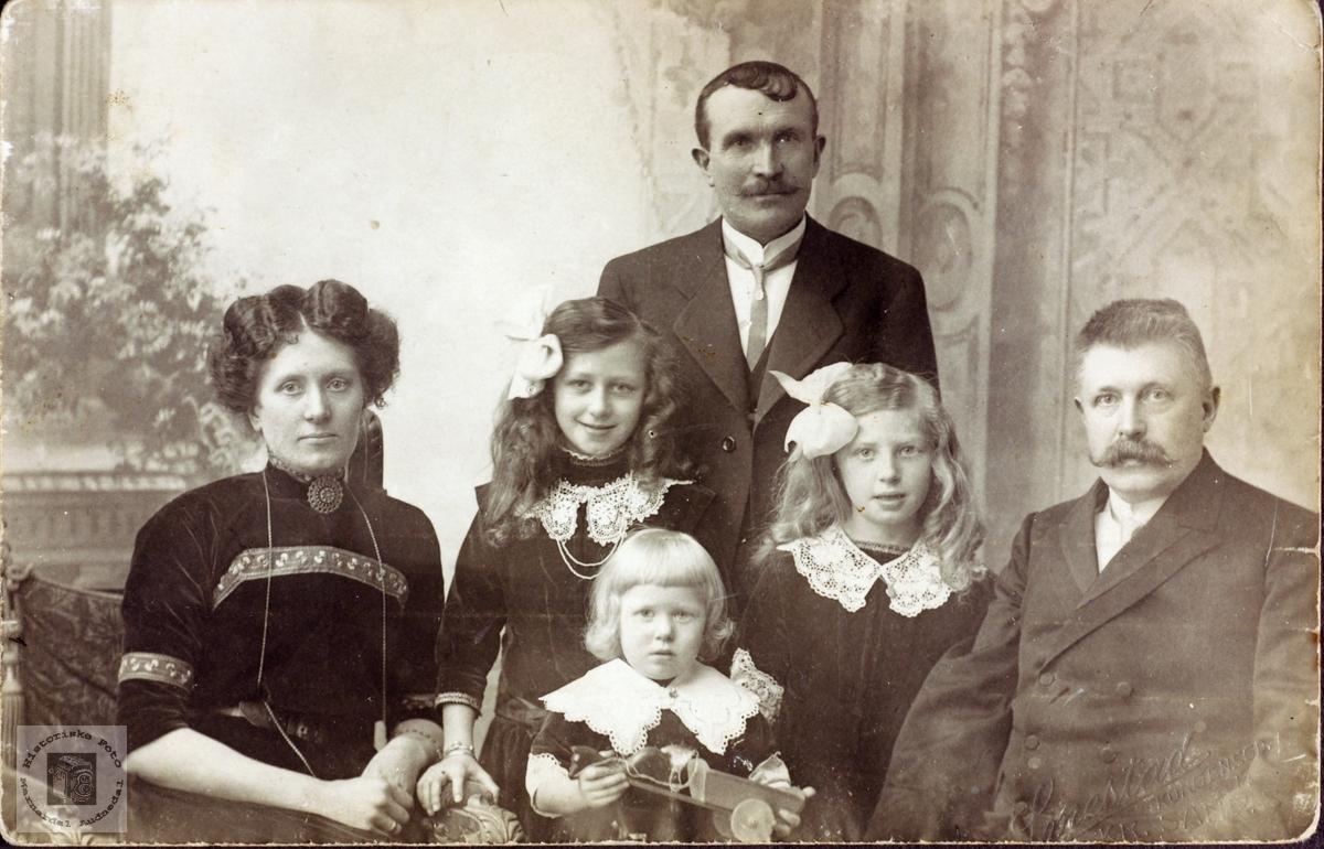 Familien Linnebo var mye på besøk på Smedsland. Grindheim Audnedal.