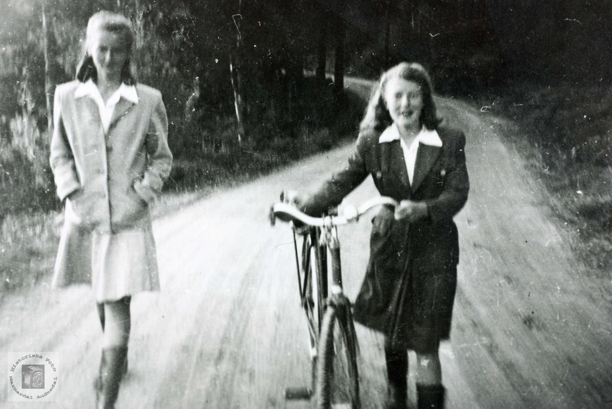 Veninnene Ingrid Lian gift Tveit og Gunhild Åsland gift Sveindal på tur på Sveindal. Grindheim Audnedal.