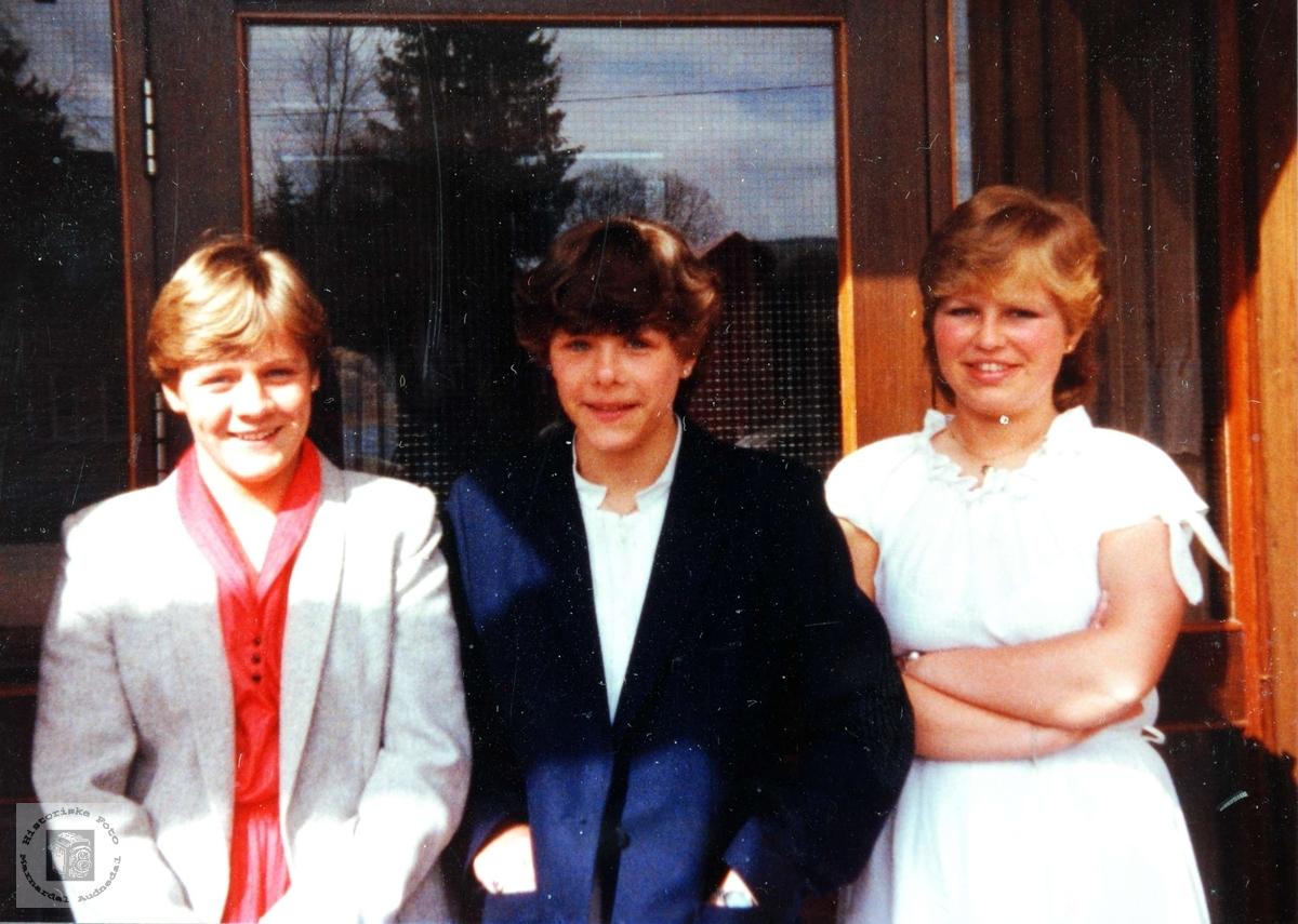 Tre blide unge damer.