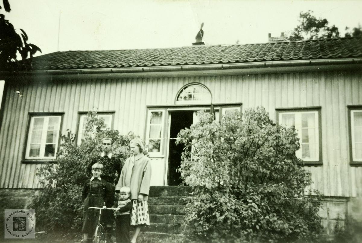 Ung familie utafor heimen på Vårdal. Grindheim.