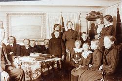 Familiesamlng i stova med flere generasjoner fra Grindheim,