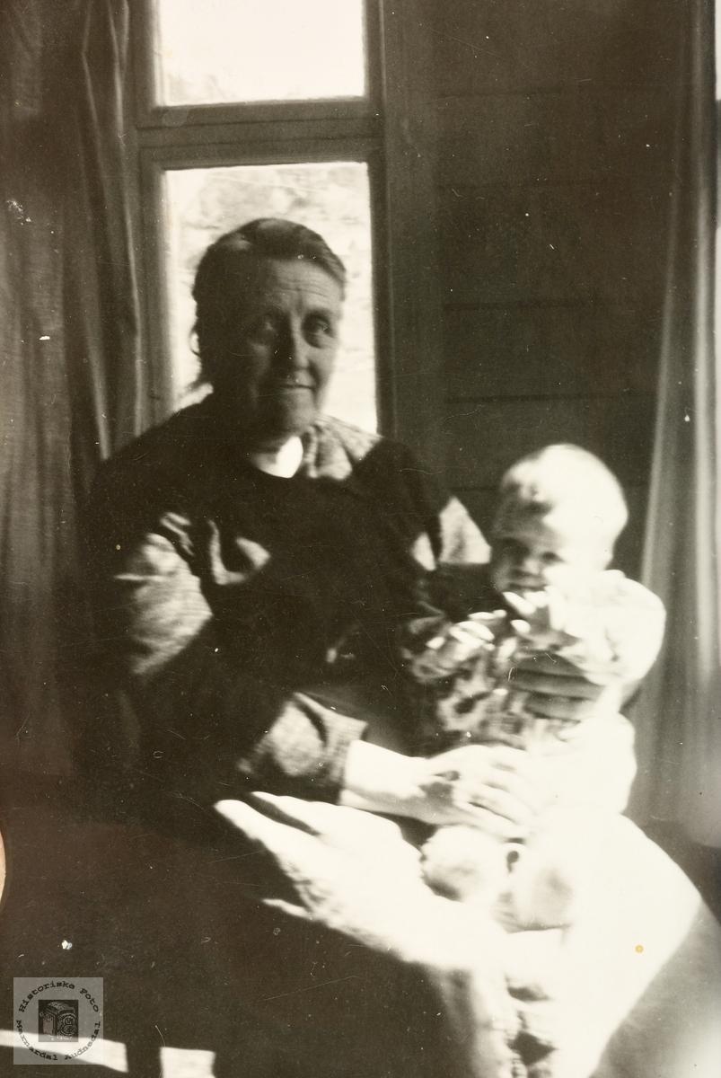 Med barnebarn i stua på Håland. Grindheim.