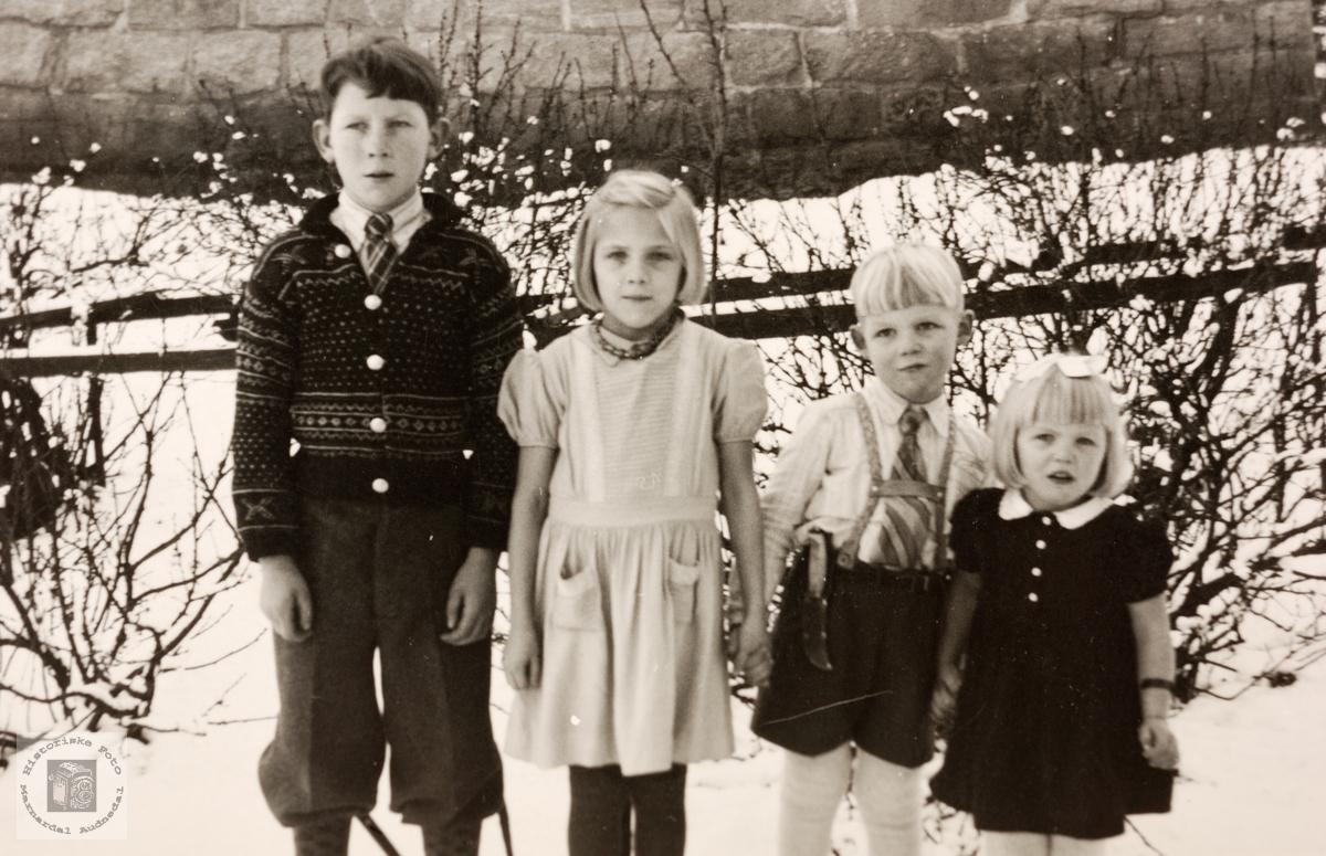 Søskenbarn hos bestefoeldrene på Sveindal. Grindheim.