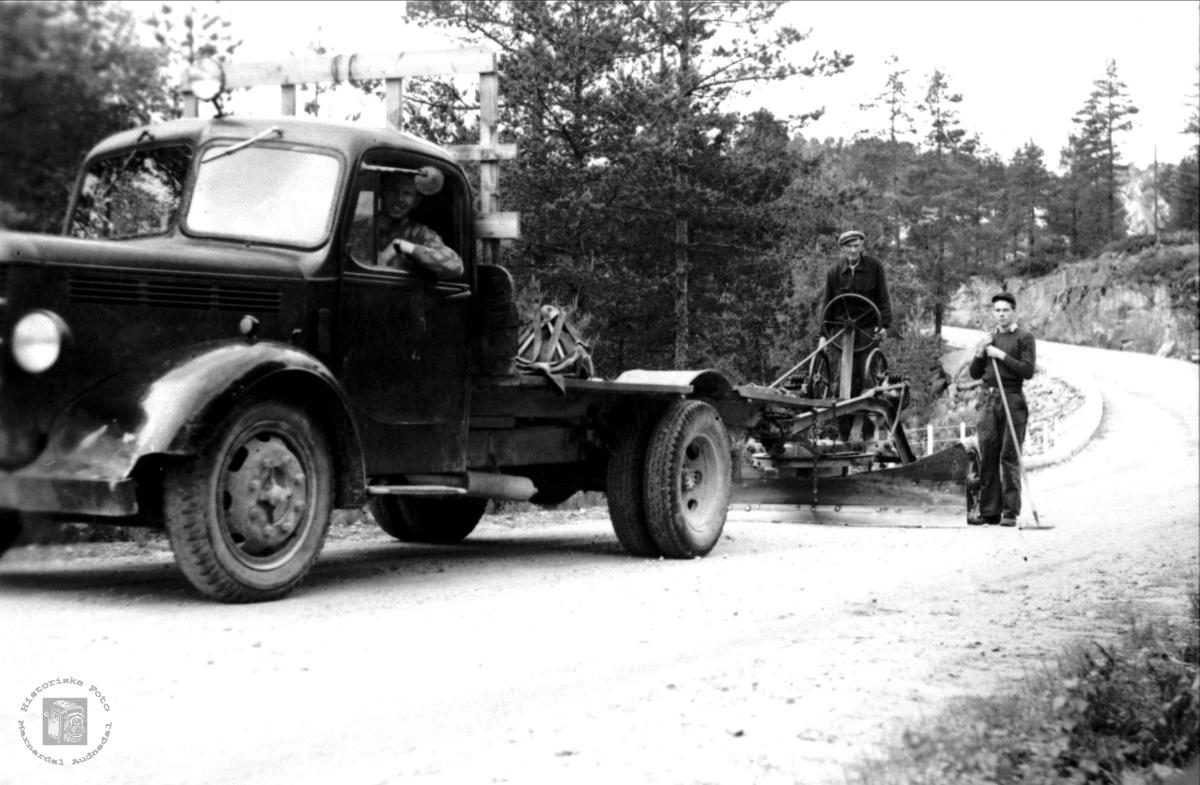 Skraping av grusveg, Bjelland. Lastebilen er en Bedford årsmodell 1946-53. (Ref. Ivar E. Stav)