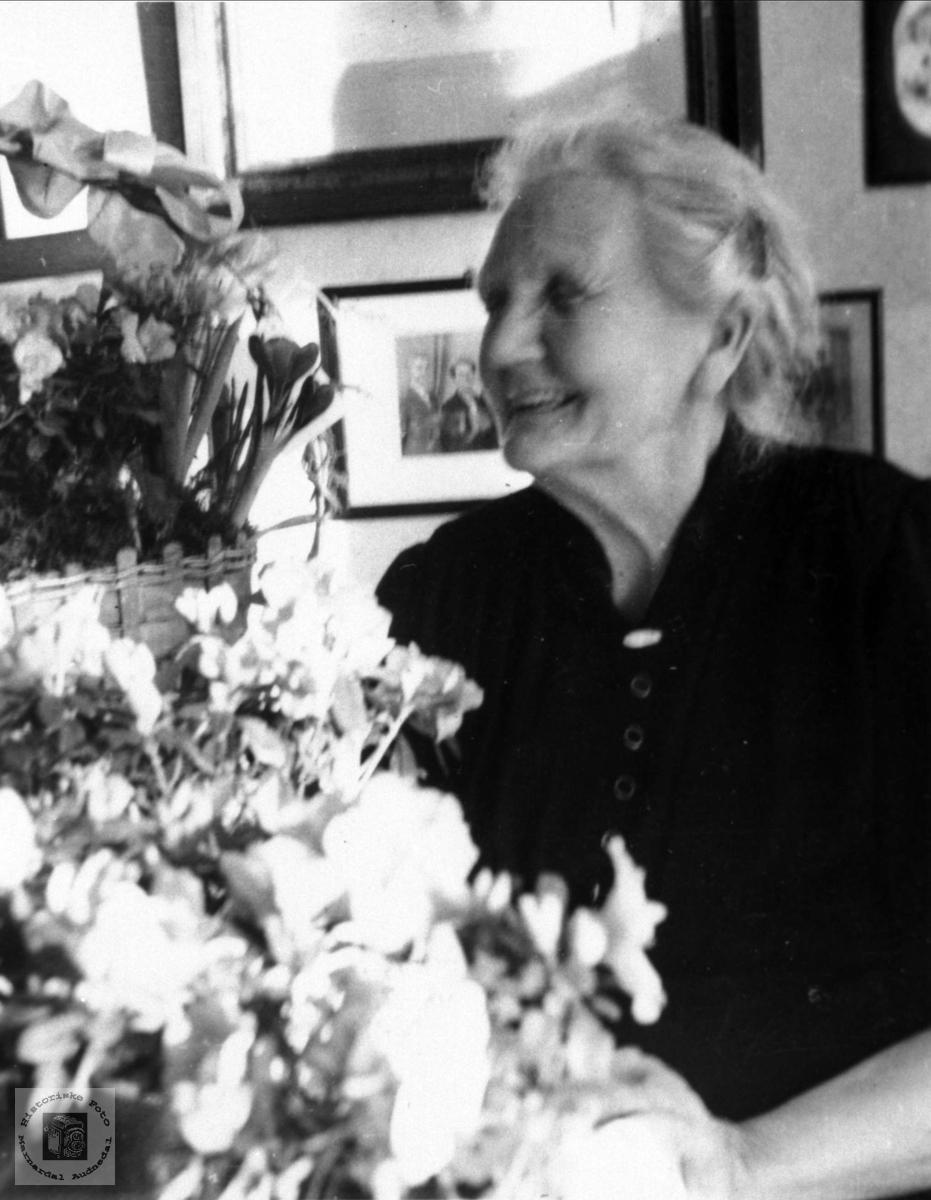 Portrett av en 80-åring, Aasa Røynesdal med blomster.