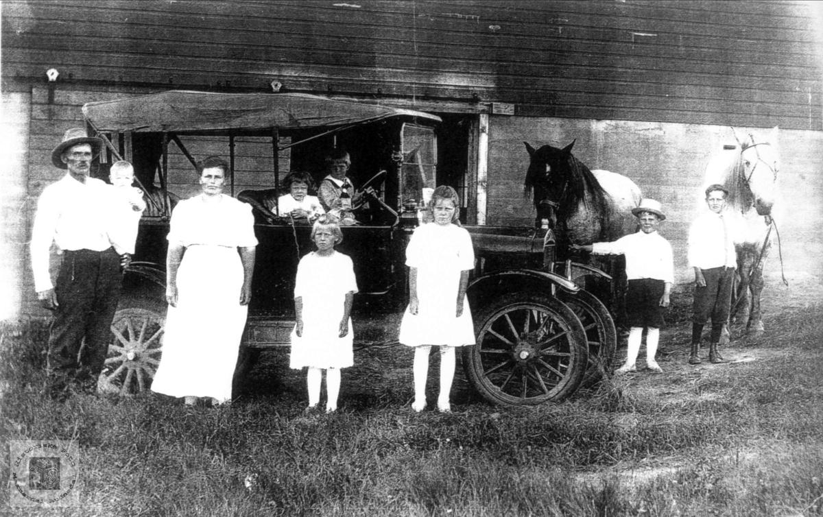 Ole Koland og Tomine f. Røynesdal på farmen i Minnesota, USA.