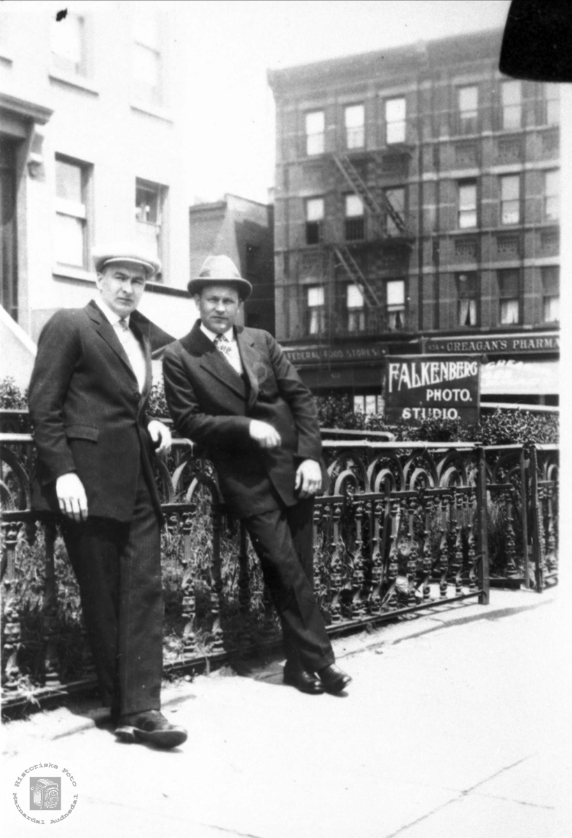 """To brødre """"over there"""". Torkel og Olaf Foss, Bjelland."""