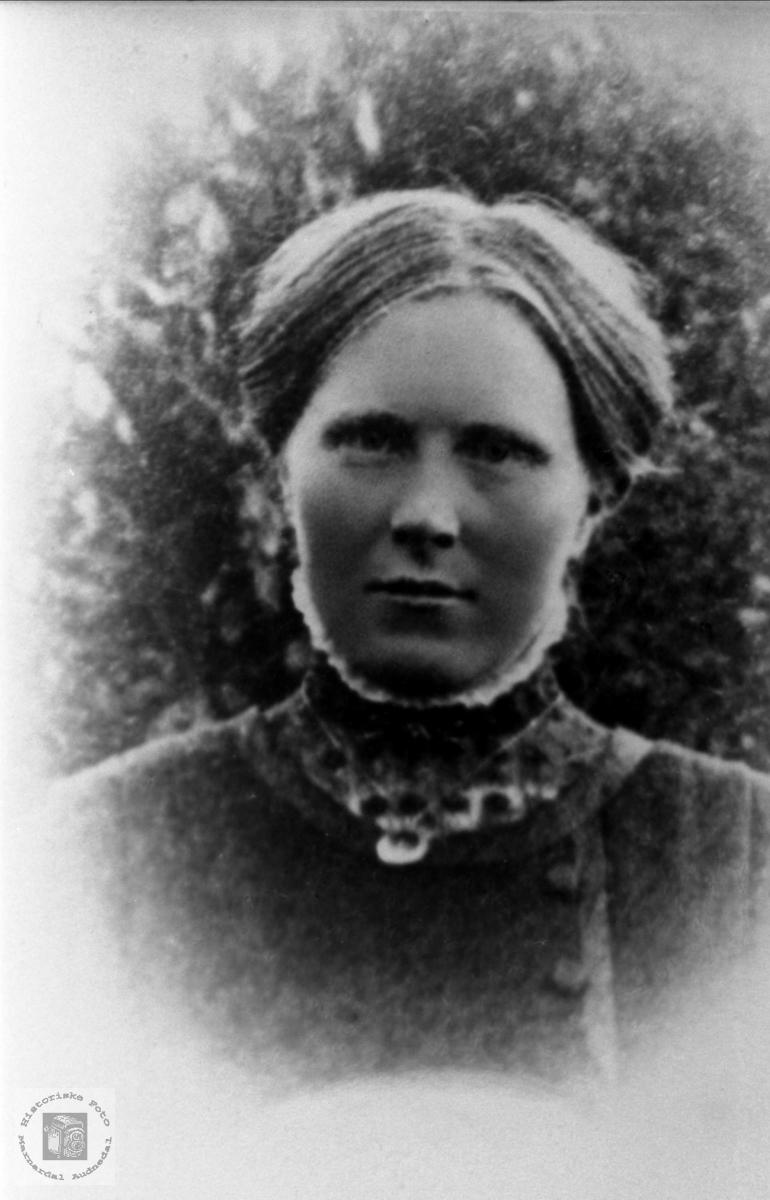 Portrett av Anne Tomine Tjomsland, f. Lindland, Laudal.
