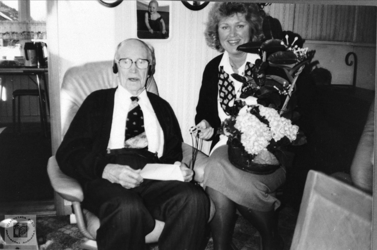 Beint Regevik får 100 års gratulasjon fra kongen, Øyslebø.