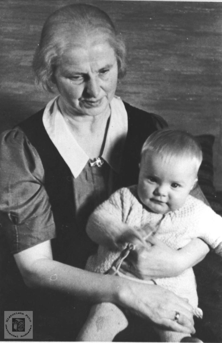 Portretter av Marta og Ingunn Sofie Sivertsen.
