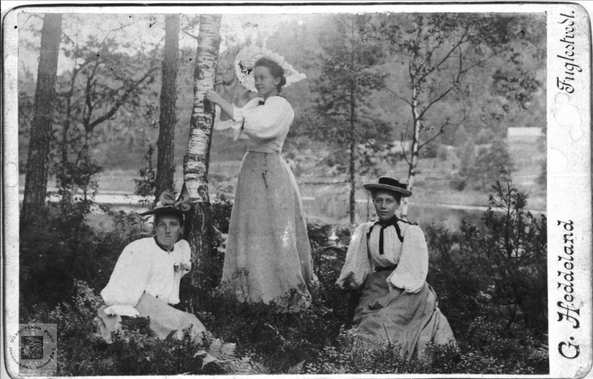 Portrett av 3 ukjente damer fotografert av lokalfotograf. G. Heddeland.
