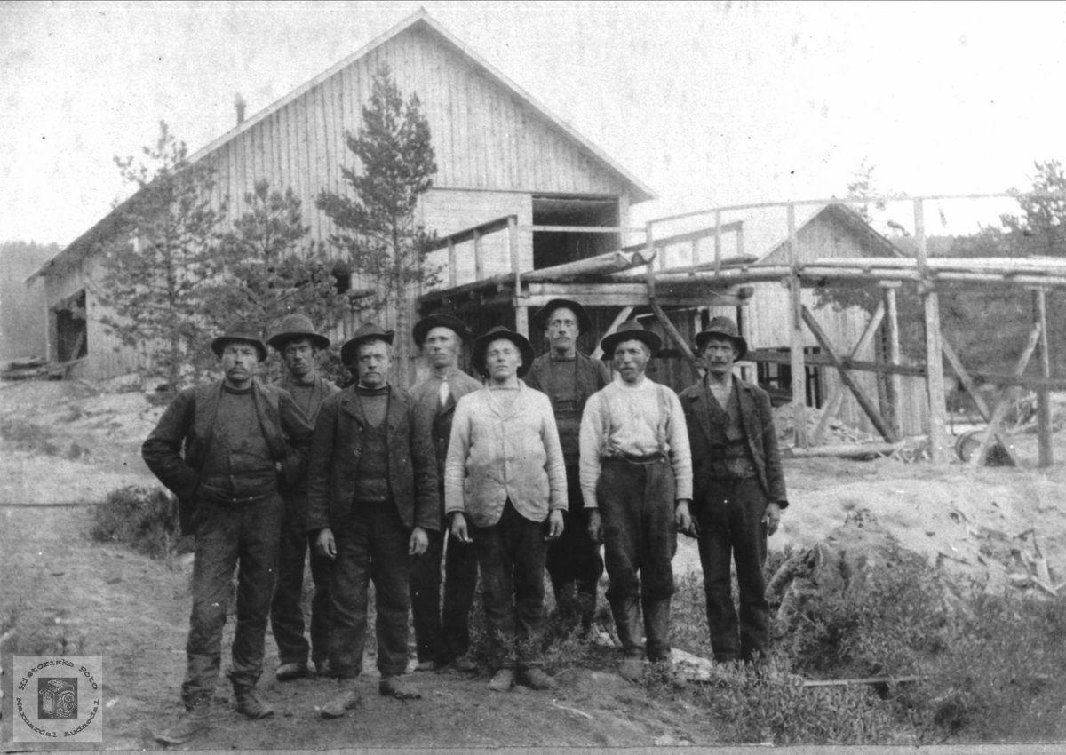 Sagbruksarbeider fra blandt annet Mjåland i Amerika.